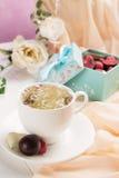 Kop van groene thee in actie royalty-vrije stock fotografie