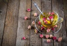 Kop van groene thee met droge rozen Royalty-vrije Stock Fotografie