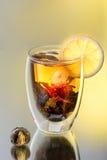 Kop van groene thee met jasmijnbloem Stock Afbeeldingen
