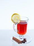 Kop van groene thee met kaneel en kruiden Met citroen Royalty-vrije Stock Foto's