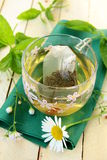 Kop van groene thee met kruiden en kamille Stock Fotografie