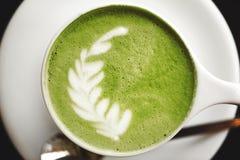 Kop van groene theematcha latte Stock Foto's