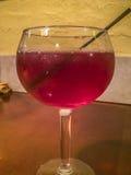 Kop van heerlijke op smaak gebrachte alcoholische drank Stock Foto's