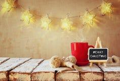 Kop van heet koffie en bord met woorden vrolijke Kerstmis Stock Afbeeldingen