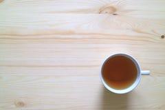 Kop van Herb Tea op Houten Lijst in Ochtend Lichte, Hoogste Mening met Vrije Ruimte voor Tekst Royalty-vrije Stock Foto's