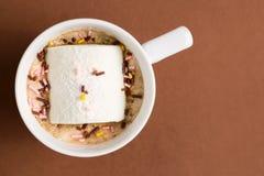 Kop van hete cacao met heemst op bruine achtergrond Royalty-vrije Stock Fotografie