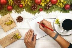 Kop van hete cacao, vakantiedecoratie en notitieboekje met om Li te doen stock afbeeldingen