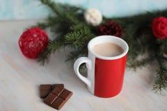 Kop van hete chocolade en Kerstmisboomtak Stock Afbeeldingen