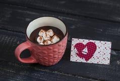 Kop van hete chocolade met heemst en de dagprentbriefkaar van Valentine Stock Fotografie