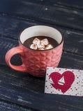 Kop van hete chocolade met heemst en de dagprentbriefkaar van Valentine Royalty-vrije Stock Afbeelding