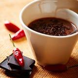 Kop van hete chocolade met Spaanse peperpeper Stock Afbeeldingen