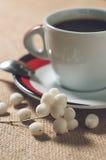 Kop van hete drank met koffiebonen Royalty-vrije Stock Afbeeldingen