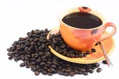 Kop van hete drank met koffieboon Stock Afbeeldingen