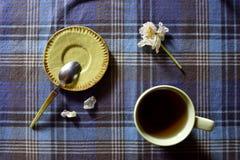 Kop van hete drank met witte tulp, weinig schotel en lepel Royalty-vrije Stock Foto's
