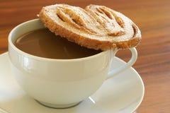 Kop van hete koffie en meer palmier koekje royalty-vrije stock foto