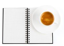 Kop van hete koffie en open notaboek Stock Foto