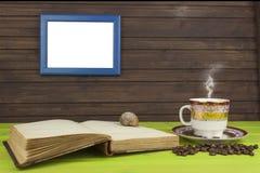 Kop van hete koffie en oud boek Het ontspannen bij de koffie Het bestuderen van oude boeken Plaats voor uw tekst Stock Foto's
