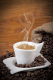 Kop van hete koffie met bonen Stock Foto