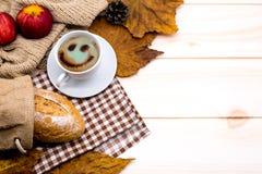 Kop van hete Koffie met toost voor de warme drank van het de Herfstseizoen De hoorn des overvloeds van de dalingsoogst stock foto's