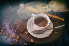 Kop van hete koffie in ochtendzonneschijn, koffiebonen, Turk, donkere chocolade, houten achtergrond Rustig beeld, wijnoogst Stock Fotografie