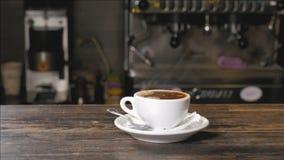 Kop van hete koffie op de bar stock footage