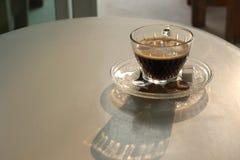 Kop van hete koffie op witte lijst Stock Foto