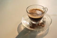 Kop van hete koffie op witte lijst Stock Afbeelding