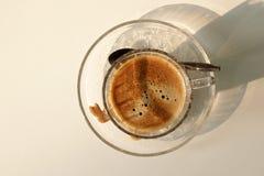 Kop van hete koffie op witte lijst Royalty-vrije Stock Foto's