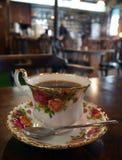 Kop van hete koffie in uitstekende kop in een retro koffiewinkel royalty-vrije stock foto