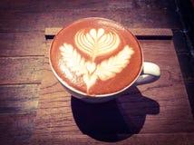 Kop van hete latte of cappuccino met fascinerend latte art. Stock Foto