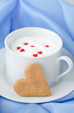 Kop van hete melk met schuim, die met suikerharten en hart wordt verfraaid Stock Fotografie