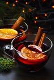 Kop van hete overwogen wijn met sinaasappel en een pijpje kaneel met een slinger Royalty-vrije Stock Foto's