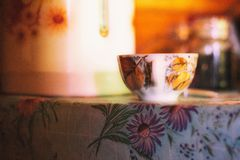 Kop van hete thee met heerlijke geselecteerde koekjes stock foto's