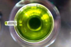 kop van hete thee op de glasachtergrond, hoogste mening Stock Afbeeldingen