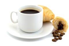 Kop van hete zwarte die koffie met een koffiebonen en croissant op een witte achtergrond wordt geïsoleerd Stock Afbeelding