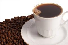Kop van hete zwarte koffie met bonen royalty-vrije stock foto