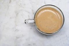 Kop van Italiaanse die koffie op marmer wordt geïsoleerd Stock Afbeeldingen
