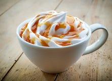 Kop van karamel latte stock afbeeldingen