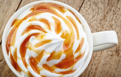 Kop van karamel latte stock foto's