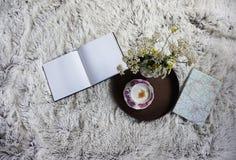 Kop van koffie in bed Stock Afbeelding