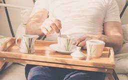 Kop van koffie in bed Royalty-vrije Stock Afbeeldingen