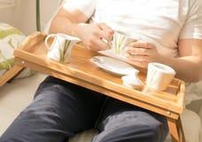 Kop van koffie in bed Royalty-vrije Stock Foto