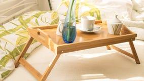 Kop van koffie in bed Stock Foto
