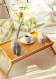 Kop van koffie in bed Royalty-vrije Stock Afbeelding