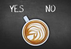 Kop van koffie bij de zwarte raadsomschakeling ja Royalty-vrije Stock Fotografie