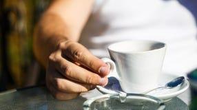 Kop van koffie Cappuccino en zwarte espresso coffe kop De drank van de koffie Sluit van een mens overhandigt omhoog het houden va stock foto's