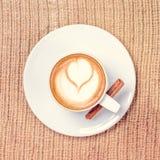 Kop van koffie of chaithee met latteart. het concept van de leasuretijd stock afbeeldingen