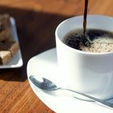 Kop van koffie in de ochtend stock foto