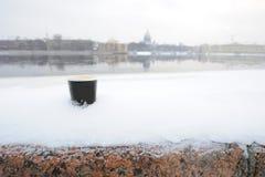 Kop van koffie in de sneeuw stock afbeeldingen