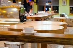 Kop van koffie in een koffie Stock Fotografie